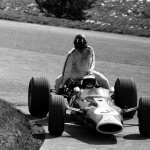 """Teamplayer"": Jim Clark nimmt Graham Hill huckepack mit zu den Boxen"